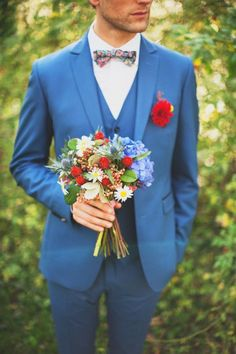 ブルーのスーツに真っ赤なガーベラ、花柄の蝶ネクタイが素敵♡スタイリッシュな新郎衣装一覧♪