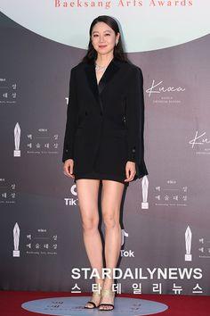 New Korean Drama, Fashion News, Fashion Beauty, Gong Hyo Jin, Beautiful Young Lady, Arts Award, Tuxedo Jacket, Korean Actresses, Korean Celebrities