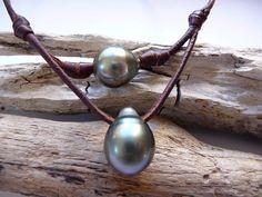 SOLD !!! Collier en cuir précieux et 3 perles de Tahiti dont par PerlaMundi, €275,00