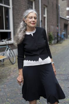 Delft Grey - Advanced Style Love Her Style, Your Style, Ari Seth Cohen, Mature Fashion, Advanced Style, Going Gray, Senior Prom, Aging Gracefully, Older Women