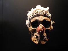 Mascara. El Museo del muelle Branly (Musée du quai Branly), museo etnológico francés, también llamado Museo de Primeras Artes o Museo de Artes y Civilizaciones de África, Asia, Oceanía, y de las Américas (no occidentales).