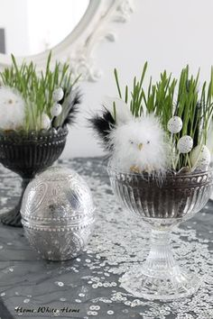 A table is still too simple, and the white desktop looks monotonous. Hobbies And Crafts, Diy And Crafts, Decoration Table, Decoration Restaurant, Happy Easter, Happy Holidays, Easter Eggs, Floral Arrangements, Spring