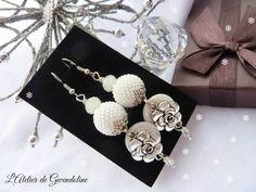 Boucles d'oreille, blanc, romantique, perles perlées, blanches et argent, sequins en nacre : Boucles d'oreille par l-atelier-de-gwendoline