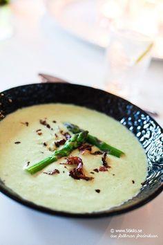 Gårdagens middag blev en smaskig grön sparrissoppa! Åh vad jag älskar grönsaker!! Skulle ALDRIG vilja äta strikt lågkolhydratkost där jag inte kan vältra mig i naturens vackra grönsaker! Nu innehåller just sparris knappt några kolhydrater så detta passar även in i en väldigt strikt kost. Denna soppan går fort att göra och är fullmatad med […] Paleo Stir Fry, Lchf, Keto, Low Carb Recipes, Healthy Recipes, Healthy Foods, Paleo Soup, Cauliflower Fried Rice, Swedish Recipes