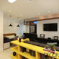 Assinado pelo escritório Bianchi e Lima Arquitetura, projeto de interiores destaca o uso de cores neutras combinados a tons de azul, amarelo e preto em unidade de 66 m².