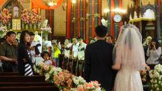 Langsamen Schritts zum Altar, wie es auf der Website der Hochzeitsagentur beschrieben wird: ein Paar in der Pekinger Xishiku-Kirche.