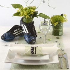 Borddekking og bordpynt i hvitt og grønt med et sporty streif | DIY veiledning Bat Mitzvah Centerpieces, Fundraiser Party, Soccer Party, Holidays And Events, Fundraising, Diy And Crafts, Place Cards, Table Decorations, Craft Ideas