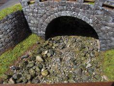 苔の再現として昔懐かしのおがくずに着色された「芝生のもと」を使いました。 これは今も模型店の定番になっている河合の日本の風景シリーズの中に入っていたもの。もう過去の遺産として普通のジオラマ制作には使う事はほとんどありませんね。しかし、川石についたいい感じの苔の再現としては最適でした! 同時に川岸の芝の工作も施します。 「バーリンデングラス」という化学繊維を短くカットした材料です。大きな模型店や通販で手に入ります。 これらの接着にも木工ボンドを水溶きしたものを注射器で流し込んで接着します。