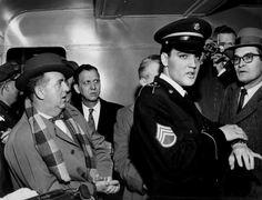 Elvis in march 7 1960 in the train to Memphis , here with Colonel Parker behind him. Elvis Presley Army, Elvis Presley Photos, New Jersey, Stars Du Rock, Elvis Collectors, Elvis Memorabilia, Army Usa, Young Elvis, Amor
