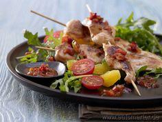 Lecker und leicht: Marinierte Hähnchenspieße - smarter - auf Rucola-Tomaten-Salat. Kalorien: 276 Kcal | Zeit: 35 min. #dinner