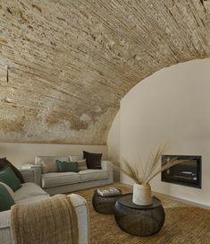 Decoración rústica de un salón en una masía catalana. Cálido y acogedor, al tiempo que atemporal y moderno. Tapestry, Photo And Video, Interior Design, Instagram, Videos, Blog, Photos, Home Decor, Classy Style