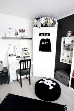 Blk & white - good color scheme for tween/teen boy room. Future idea...