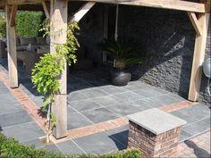 Mooie overkapping! Leisteen Mustang Black terrastegels in combinatie met black slate stonepanels. Verkrijgbaar bij Totaaltegel.