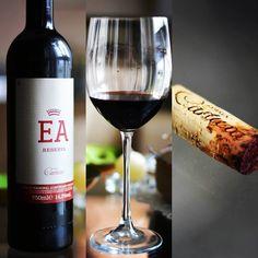 """EA Reserva 2011. Estivemos na @adegacartuxa em junho e muitos elogiaram este vinho. Compramos aqui mesmo no Brasil, e realmente ele é surpreendente. A palavra que o define é elegância. Um vinho potente e equilibrado. Denso e discreto na taça, aromas maduros e paladar liso e persistente.  #vinho #vivaovinho #winelovers #dicasdevinhos #wine #winetasting #vinicola #winery #adega #degustação #winetips #portugal #vinhoportugues #alentejo""""…"""