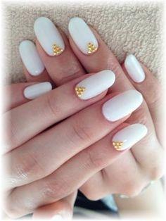White & gold round nails