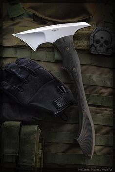 tactical tomahawk/axe by Jerry Hossom Knives Cool Knives, Knives And Tools, Knives And Swords, Survival Knife, Survival Gear, Messer Diy, Armas Ninja, Beil, Tactical Knives