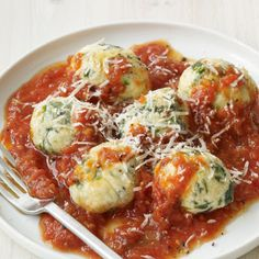 Spinach and Ricotta Dumplings in Tomato Sauce @keyingredient #cheese #italian #bread