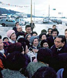 Daisaku Ikeda talks with Soka Gakkai members in northern Japan
