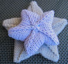 Viisisakarainen tähti neulomalla Crochet Home, Knit Crochet, Diy And Crafts, Throw Pillows, Shapes, Blanket, Deco, Knitting, Crocheting
