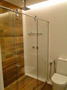 porcelanato que imita madeira no banheiro