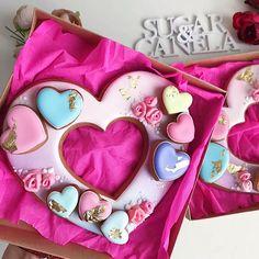 Золото. Очень часто встречаю золотые элементы у мастериц из штатов, но у нас так тяжело найти хороший кандурин 🤷♀️ . . И вот недавно я его нашла 💃 но в Стамбуле ☺️ . . 💜сердце-венок в коробочке 20*20см 💜 цена 180грн 💜 . . Спрашивайте каталог и мы вышлем его в Директ или вайбер 📲 Christmas Cookies Gift, Valentines Day Cookies, Birthday Cookies, Cookie Wedding Favors, Chocolate Wedding Favors, Super Cookies, Fun Cookies, Cookie Frosting, Royal Icing Cookies