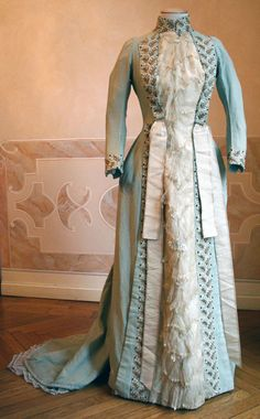 1886 front - House dress in blue wool. Closed in front of the center for two-thirds the length with buttons (below) and hooks (above). ____ (translated from Italian by Google)