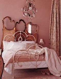 ❥ pink walls, iron bed, vintage screen, black chandelier <3