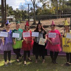 Bookweek Costumes For Teachers, Teacher Halloween Costumes Group, Group Costumes, Cool Halloween Costumes, Couple Halloween, Halloween Trophies, Halloween 2018, World Book Day Costumes, Book Week Costume