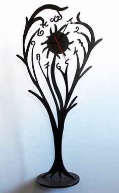 Pendule en acier noir, un design d'inspiration baroque de chez http://objectal.fr