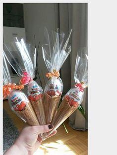 Kinder Überraschung mal anders .....Eiswaffeln gefüllt mit Fruchtbären und obendrauf ein Ü-Ei :-) ...