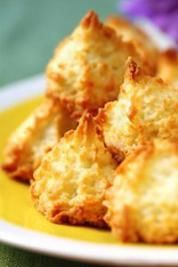 These vegan coconut macaroons are sweet and moist, chewy on the inside and crispy on the outside. Perfect as an alternative Easter treat! Vegan Recipes Easy, Vegetarian Recipes, Almond Macaroons, Cookie Recipes, Dessert Recipes, Macaroon Cookies, Macaroon Recipes, Vegan Sweets, Vegan Food