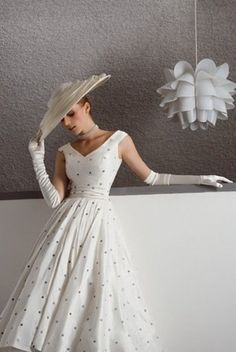 Retro Fashion White Spotted Dress My Grandmother used to wear this style of dresses from pics from the - Moda Vintage, Vintage Mode, Vintage Style, Vintage Ideas, Vestidos Vintage, Vintage Outfits, Vintage Dresses, Vintage Clothing, Fashion Vintage
