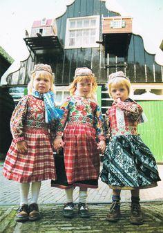 Marken drie kinderen in Pinksterdracht (twee meisjes en 1 jongen)