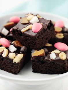 Fuldfed og karamelagtig brownie med chokoladeglasur og rundhåndet drysset med peanuts, påskeæg og mini-marshmallows - ultimativ slikmunde-treat. Yummy Treats, Sweet Treats, Yummy Food, Brownie Recipes, Cake Recipes, Rocky Road, Fondant Cakes, Cakes And More, Cake Cookies