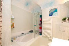 Badewanne und Handtuchheizung