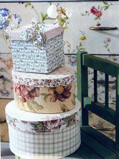 Cajas forradas con tela. También pueden ser pintadas con acrílicos o realizar un decoupage.