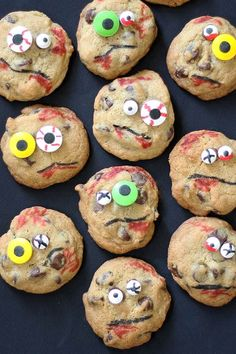 Zombie chocolate chip cookies are a fun and easy Halloween party food idea. Super creepy and spooky, but delicious! Use any chocolate chip cookies. Halloween Desserts, Halloween Food For Party, Halloween Treats, Spooky Halloween, Happy Halloween, Halloween Decorations, Zombie Party, Halloween Foods, Halloween 2020