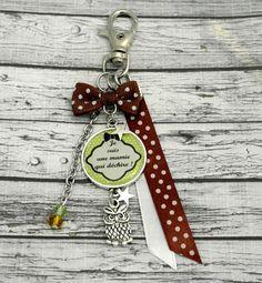 Porte clefs mamie qui déchire ou bijou de sac mousqueton cabochon personnalisé , breloque hibou / chouette, vert et marron : Porte clés par mini-creations