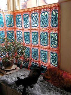 crochet curtains for the craft room Crochet Home Decor, Crochet Crafts, Crochet Projects, Crochet Squares, Crochet Granny, Crochet Borders, Granny Squares, Love Crochet, Knit Crochet