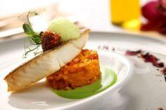 Stek z halibuta atlantyckiego z szafranowym risotto z chorizo - przepis Janusza Korzyńskiego