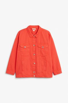 A classic cut denim jacket with signature Monki denim buttons going down the middle and on the two breast pockets which are in addition to the two discreet pockets on the sides.