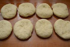 Cornuri aperitiv cu cascaval - Bucataresele Vesele Bread, Cookies, Desserts, Food, Crack Crackers, Tailgate Desserts, Deserts, Brot, Biscuits