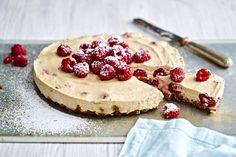 Vadelman ja lakritsin sopusointuinen liitto on näyttävän no bake -juustokakun salaisuus. Helppo keksipohja takaa, että kakku onnistuu joka kokilta.