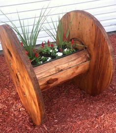 touret bois utilisé pour fabriquer une jardinière en bois à installer dans le jardin, magnifique idée de déco extérieure