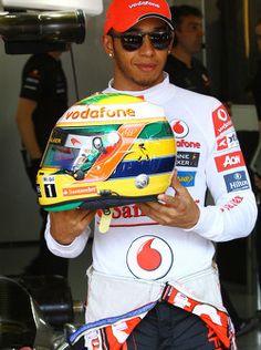 Lewis Hamilton, McLaren Mercedes, com capacete de Ayrton Senna