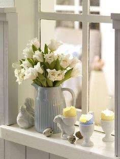 Eierschalen als Kerzen umfunktionieren: wunderschön! Und der Clou daran: Wenn Sie die weißen Eierschalen in die Fensterbank stellen, dann leuchten die Eier selbst, wenn die Kerzen gerade nicht brennen. Einfach durch das einfallende Licht der Frühlingssonne.