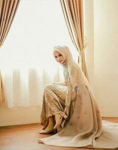 Wedding dresses hijab bride bridal gowns ideas for 2019 Muslim Wedding Gown, Kebaya Wedding, Muslimah Wedding Dress, Muslim Wedding Dresses, Muslim Brides, Bridal Dresses, Bridesmaid Dresses, Wedding Hijab Styles, Kebaya Muslim