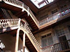 Beaucoup d'immeubles anciens du centre ville de Besançon abritent des escaliers à ciel ouvert... technique qui permettait d'offrir un ensoleillement maximum des cours fermées sans empiéter sur le volume des appartements. Pour gagner de la place, les escaliers...