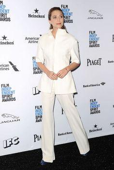 Elizabeth Olsen    white suit with + wide-legged pants + geometric gold jewelry + dark-blue round toe heels
