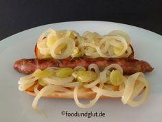 Winzer-Hotdog mit gegrillter Bratwurst und in Weißwein und mit Trauben geschmorten Zwiebeln
